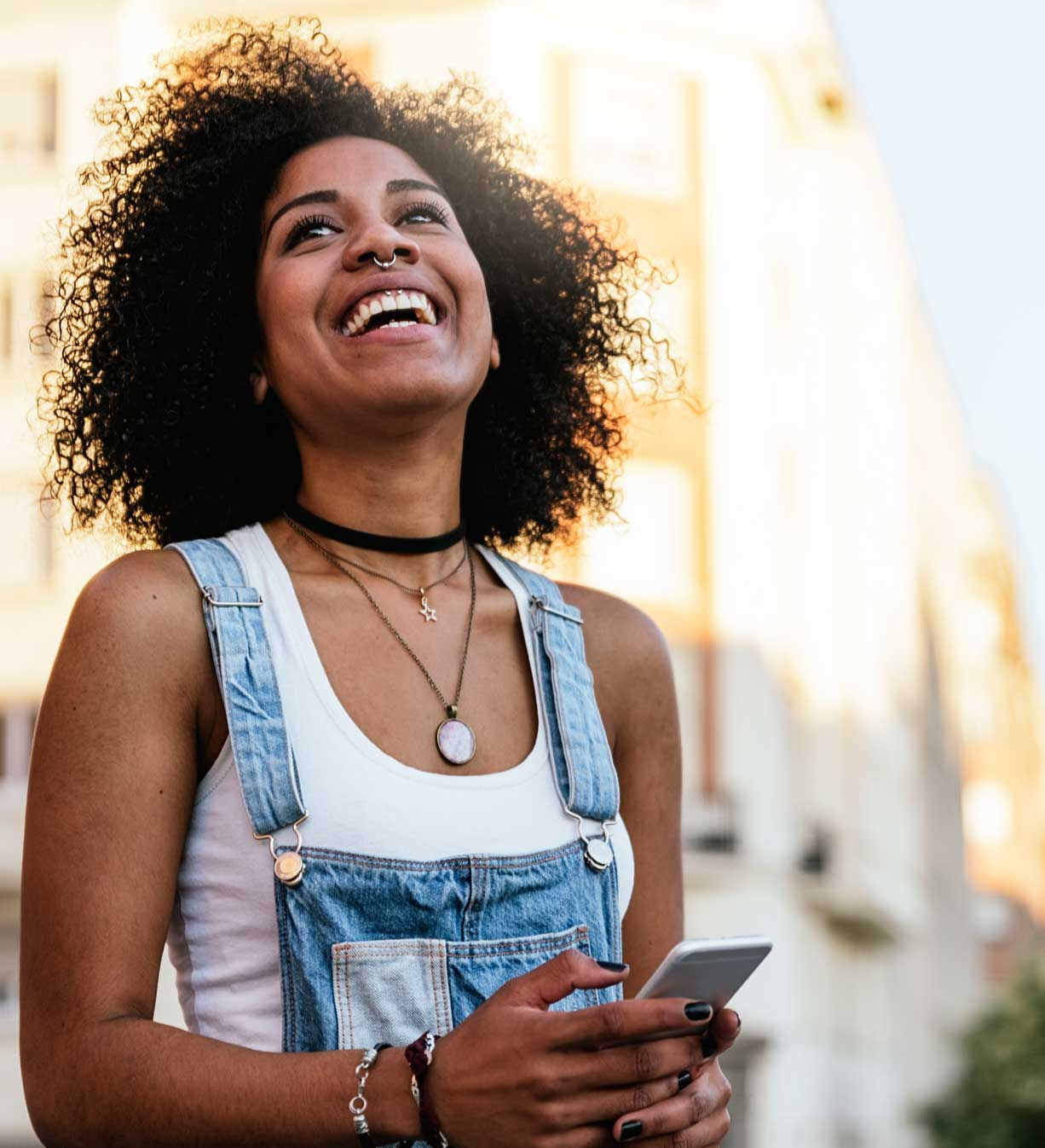 Frau, die smartfone für die lokale Suche verwendet